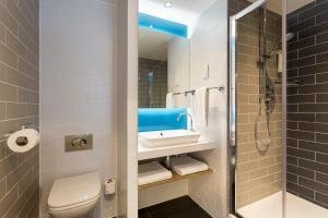 A bathroom at Holiday Inn Express Southwark, an IHG hotel