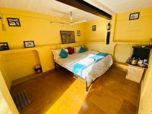 A bed or beds in a room at Desert Haveli Guest House