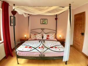 Een bed of bedden in een kamer bij Ferienweingut Matthias Löwen