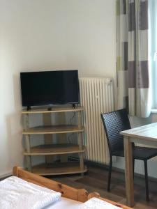 A television and/or entertainment center at Gästehaus Penny Rooms W