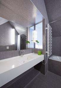 A bathroom at Hotel König von Ungarn
