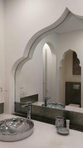 A bathroom at Riad Dar Ilham