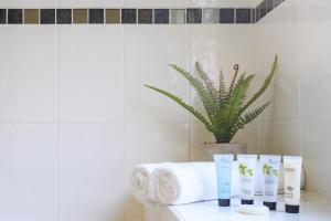A bathroom at Beechwood House, by Tŷ SA - Luxury home perfect for ICC Celtic Manor & Llanfrechfa Hospital