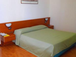 A bed or beds in a room at Hotel Traghetto