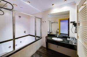 A bathroom at Zouk Hotel