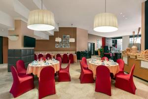 A restaurant or other place to eat at Ramada Plaza by Wyndham Dubai Deira