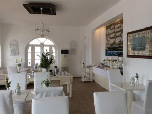 A restaurant or other place to eat at Porto Scoutari Romantic Hotel