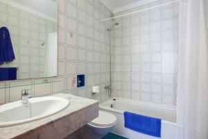 A bathroom at Aparthotel Costa Mar