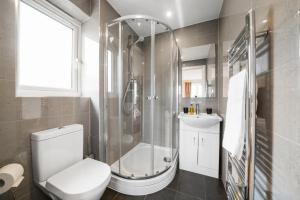 A bathroom at London Heathrow Living Serviced Apartments by Ferndale