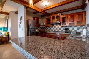 A kitchen or kitchenette at Villas Alturas