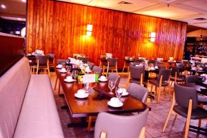 A restaurant or other place to eat at Holiday Inn Alexandria - Downtown