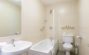 A bathroom at Ariel House