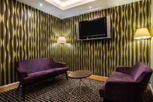 A seating area at Holiday Inn Birmingham North - Cannock