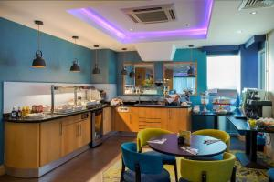 A restaurant or other place to eat at Holiday Inn Birmingham North - Cannock
