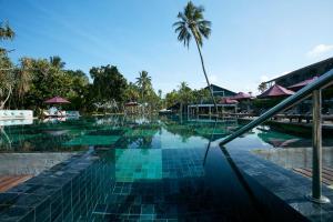 المسبح في Avani Bentota Resort أو بالجوار