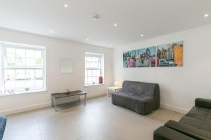 A seating area at Modern Apartment 2mins walk tube station sleeps 6