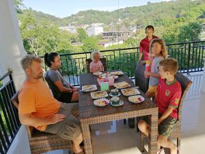 Een gezin dat verblijft bij Hotel Bonne Nuit