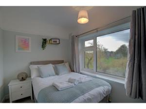 A bed or beds in a room at Stylish Home in Cheadle Hulme near The Airport!