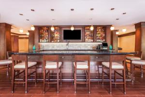 The lounge or bar area at Holiday Inn Charlottesville-Monticello