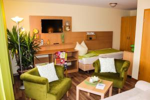 Ein Sitzbereich in der Unterkunft Hotel Seerose Bostalsee