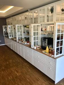 A kitchen or kitchenette at Hotel Arkadia Jelcz-Laskowice