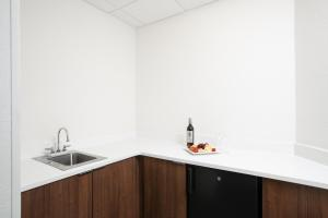 A kitchen or kitchenette at Holiday Inn Charleston-Riverview