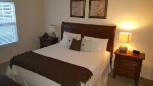 A bed or beds in a room at DISNEY Townhouse Amazing! Access to Pool+Gym - 11