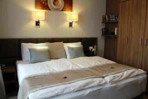 A bed or beds in a room at Mokka House