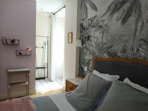 A bed or beds in a room at L'Allée du Quatre