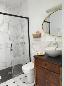 A bathroom at L'Allée du Quatre