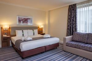 A bed or beds in a room at Holiday Inn Glasgow - East Kilbride