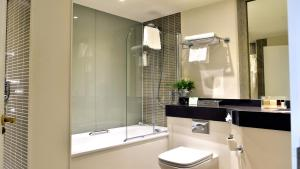 A bathroom at Holiday Inn Glasgow - East Kilbride