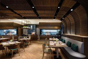 A restaurant or other place to eat at Hong Kong Ocean Park Marriott Hotel