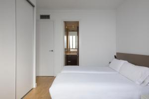 Cama o camas de una habitación en Barcelona Apartment Viladomat