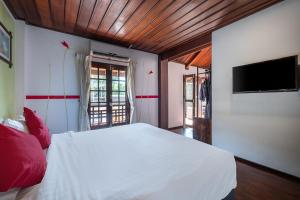 A bed or beds in a room at Sanctuary Hotel Luang Prabang