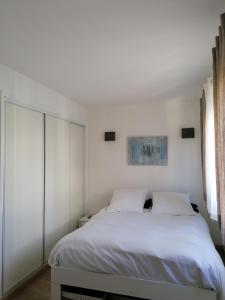 A bed or beds in a room at F3 tout equipe 5 min Croisette