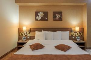 RIN Grand Hotel tesisinde bir odada yatak veya yataklar