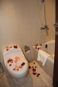 حمام في فندق ريف الملز إنترناشونال