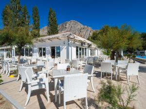 A restaurant or other place to eat at Mediteran Travel Mobile Homes Galeb