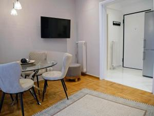 TV a/nebo společenská místnost v ubytování Acropolis View Penthouse