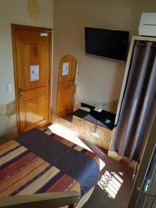 Un ou plusieurs lits dans un hébergement de l'établissement Hôtel Les Amandiers