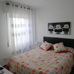 A bed or beds in a room at Apartamento Playa El Playazo en Nerja