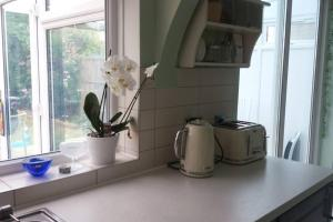 A kitchen or kitchenette at SPACIOUS 4 BEDROOM HOME IN ENFIELD