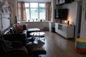A seating area at SPACIOUS 4 BEDROOM HOME IN ENFIELD