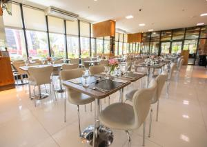 A restaurant or other place to eat at Athos Bulcão Hplus Executive