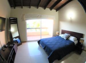 Cama ou camas em um quarto em Aruba Eagle beach home
