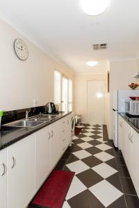 A kitchen or kitchenette at 94Best Apartments