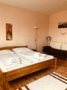 A bed or beds in a room at Barki Apartman