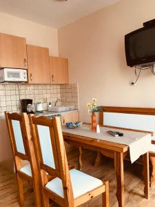 A kitchen or kitchenette at Barki Apartman