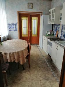 A kitchen or kitchenette at Гостевой Дом Капустино